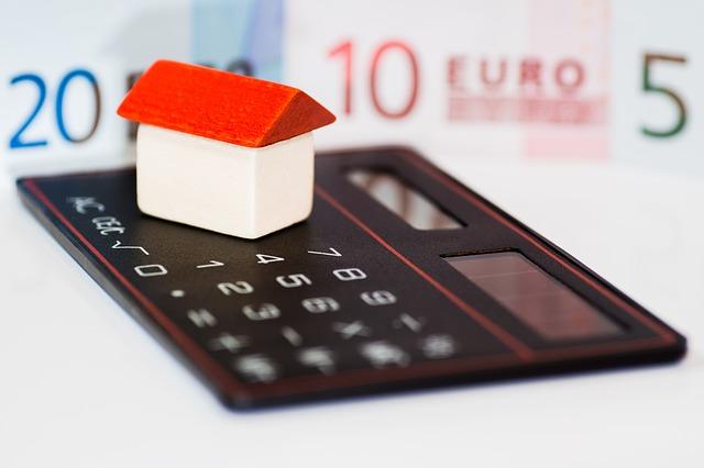 eura, dům a kalkulačka.jpg