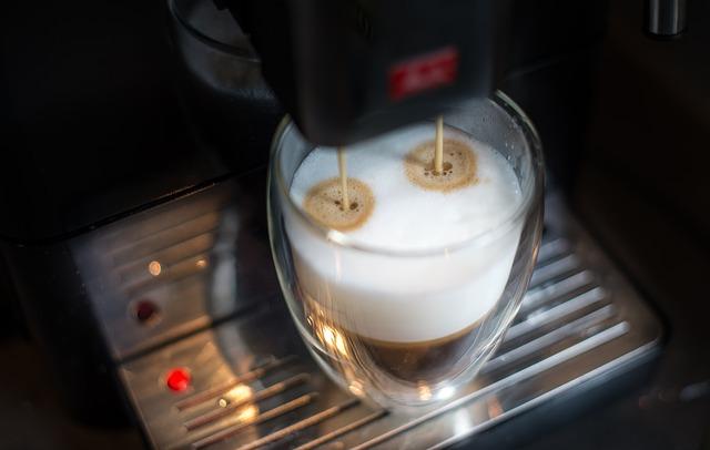 probíhá příprava latte