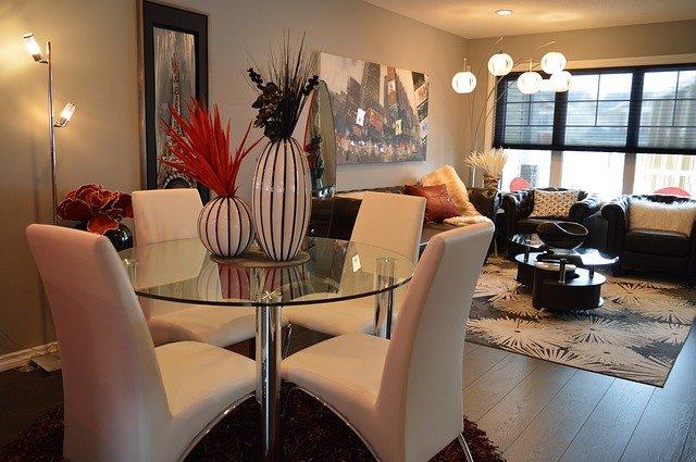 jídelní kout a  obývací pokoj