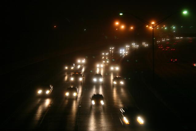 noční provoz na víceproudé silnici