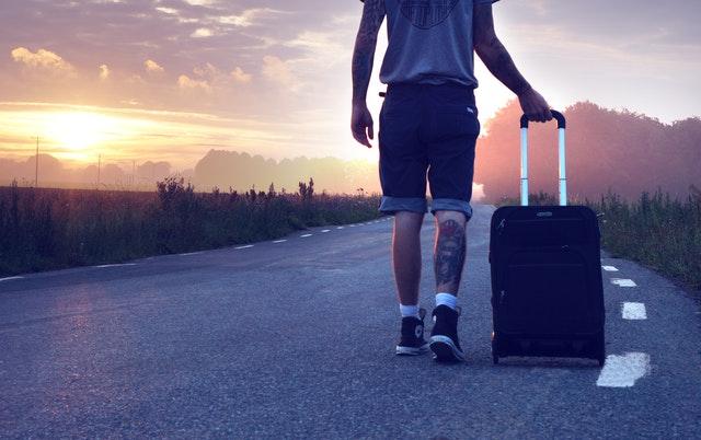 muž s kufrem, silnice